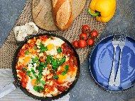 Рецепта Шакшука / миш маш – с яйца на очи, домати от консерва, чушки и лук на тиган